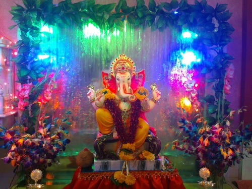 Send us your ganpati photos rediff zarabol for Background decoration for ganpati