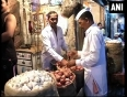 Spurting onion prices burn hole in pockets of consumers