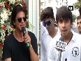 WATCH: SRK's jabra fans throng outside 'Mannat' on his 52nd B'day