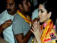Sunny Leone Prays At Siddhivinayak Temple In Mumbai